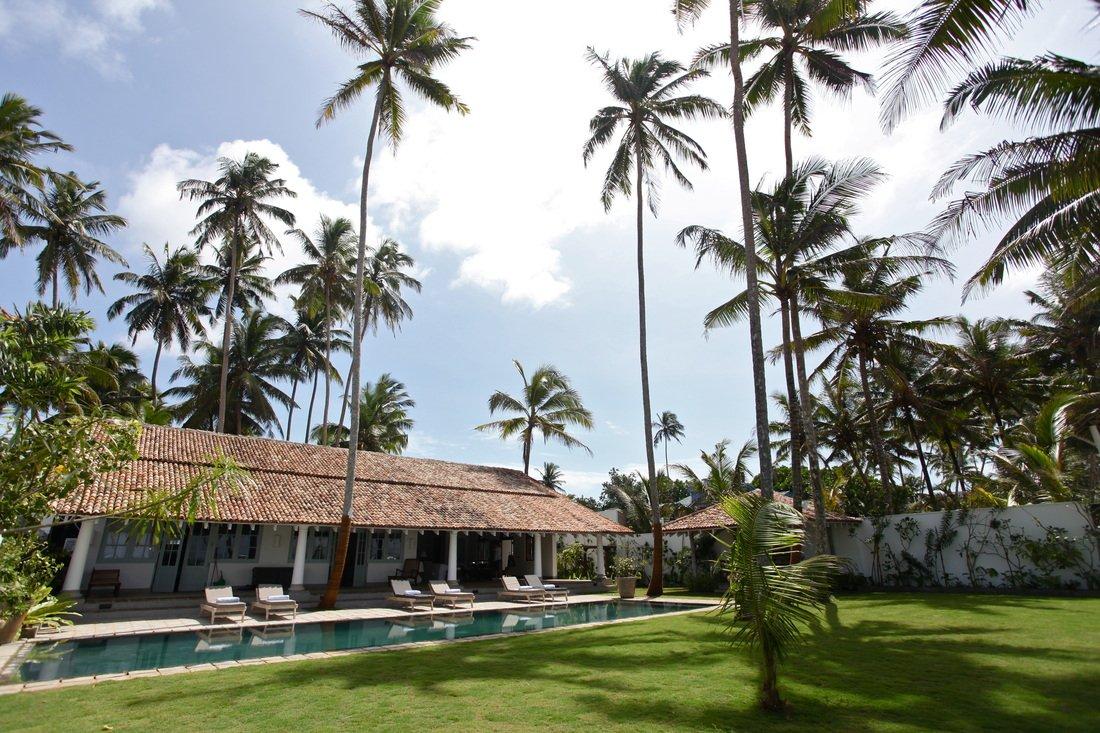 Pool and Gardens Luxury Beach villa in Habaraduwa