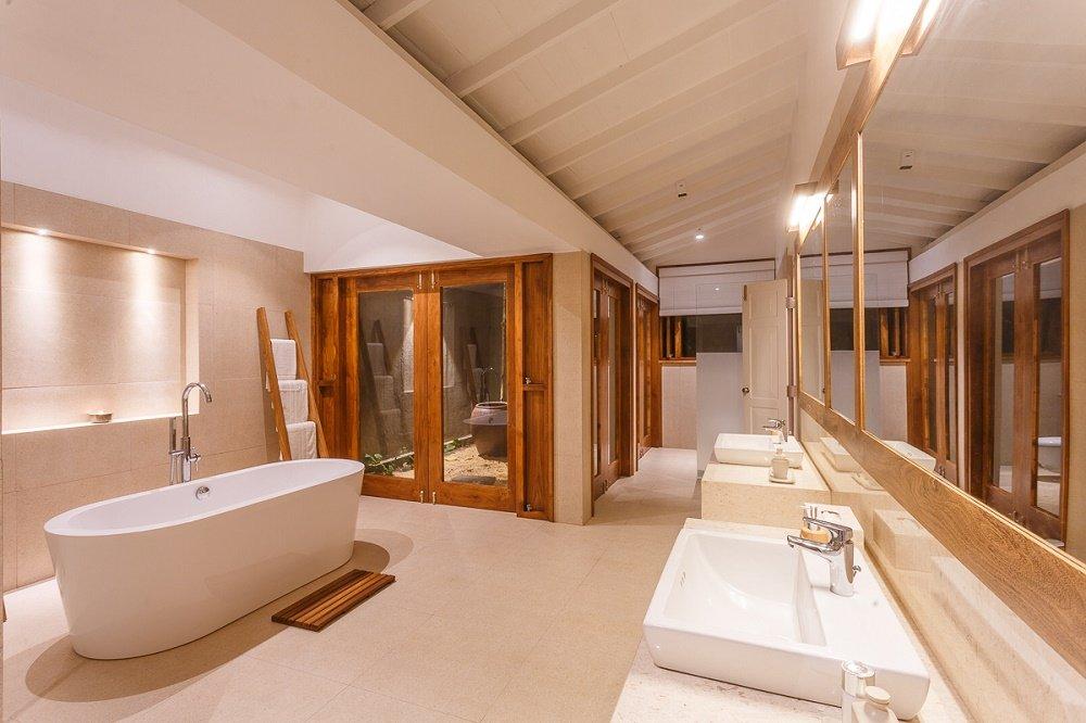 sandstone and marble bathroom Villa Victoria Talpe