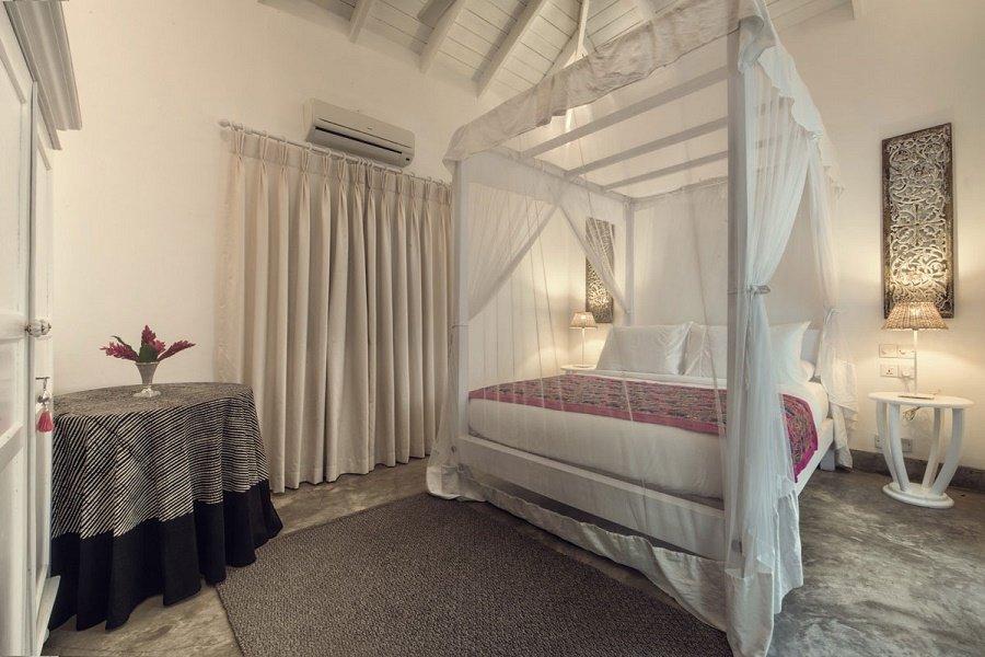 POOL HOUSE bedroom ensuite Taru villas