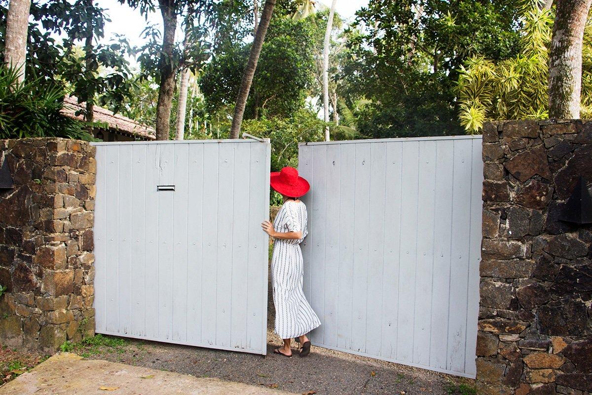 ENTRANCE GATE WOMAN iVORY HOSUE SRI LANKA